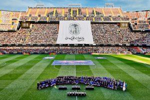 El compositor Xavier Zamorano compone la marcha del Centenario del València CF que se ha estrenado hoy en Mestalla