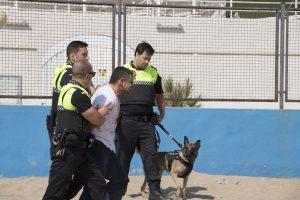 La Policía Local  de la Pobla de Farnals realitza un simulacre d'atac d'una persona a la platja Nord