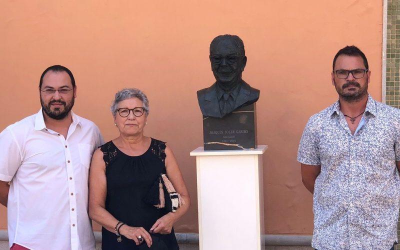 Massalfassar coloca un busto del ex alcalde Ximo Soler en el Ayuntamiento en reconocimiento a sus 24 años de alcaldía